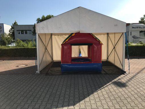 Bällebad unterm Zelt